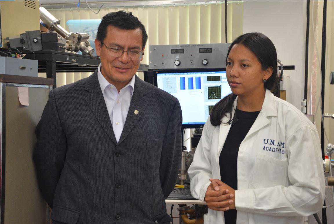 Captura Foto Dr. Juarez y AdrianaMIlena